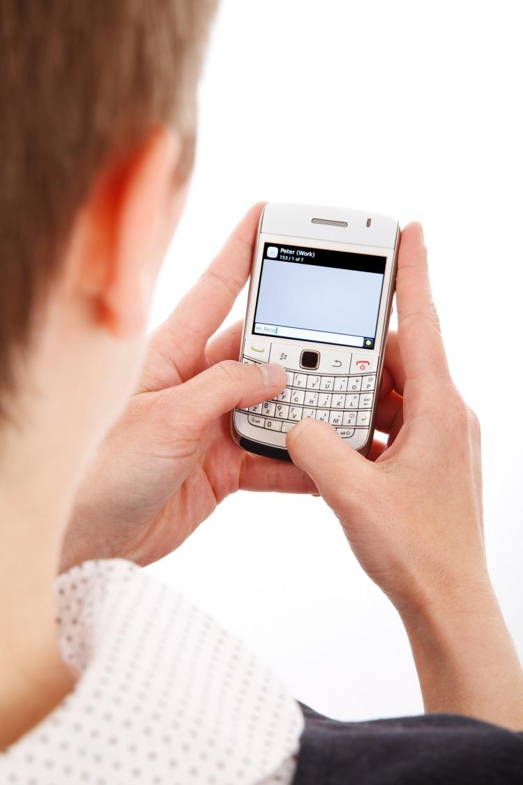 woman_texting_198031